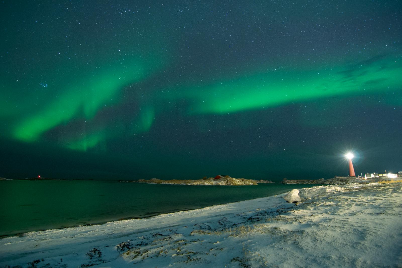 Spiaggia di Andenes con aurora boreale e faro acceso