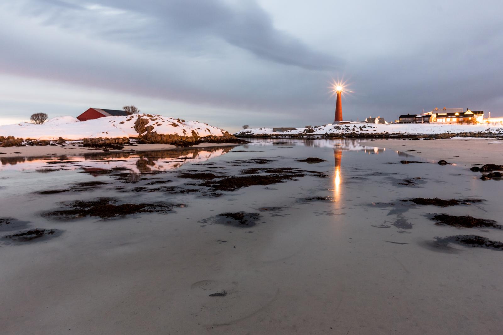 Spiaggia di Andenes con faro poco dopo il tramonto