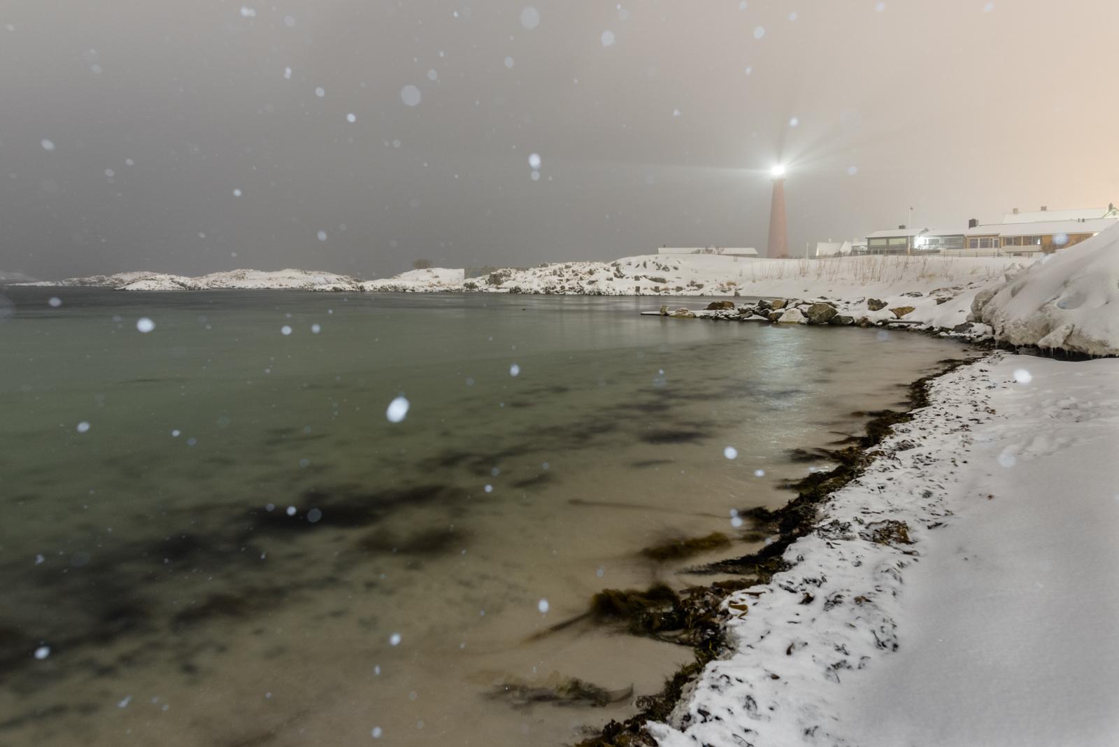 Spiaggia di andenes con tempesta di neve