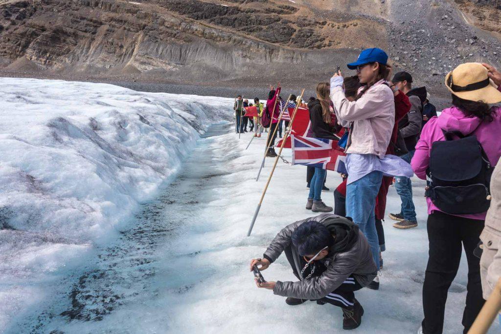 turisti-pazzi-athabasca-ghiacciaio