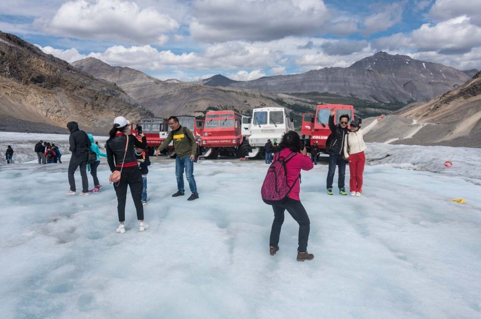columbia-icefield-turisti-in-massa-1